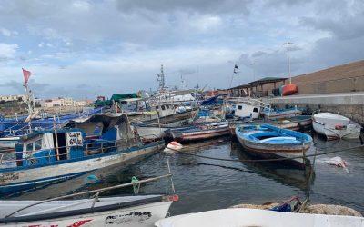 Barchini abbandonati nelle acque e sulle coste dell'isola